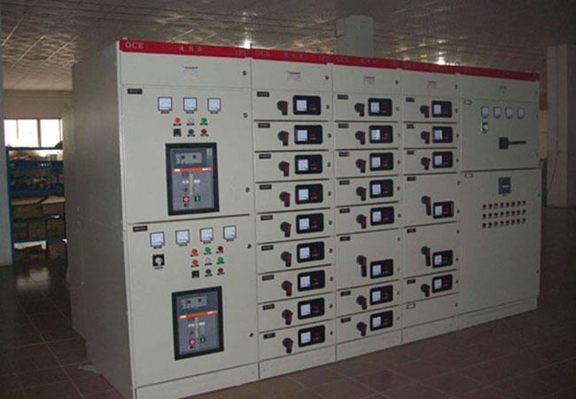 1. 本产品符合IEC439国际标准,美国电气制造商协会NEMA标准及ZBK36001-89国家专业标准 。 2. 在PC方案中,具有3150A以下受电、母联、馈电等功能,选用国产CW1,HSW1、AH型等断路器或进出口ABB公司,schneider公司等智能型断路器,作为主开关,操作方便,安全可靠。 3. 在MCC方案中,具有630A以下馈电、照明、电动机、功率补偿等功能,选用国产DZ20,Q、CM1、HSM1、系列产品及进出口ABB公司,schneider公司塑壳开关作为主开关。 4.